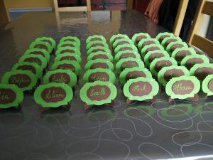 Marque place vert et marron en chevalet