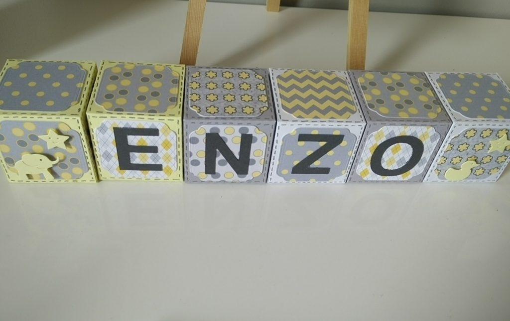 cubes décoratifs jaune et gris prénom ENZO
