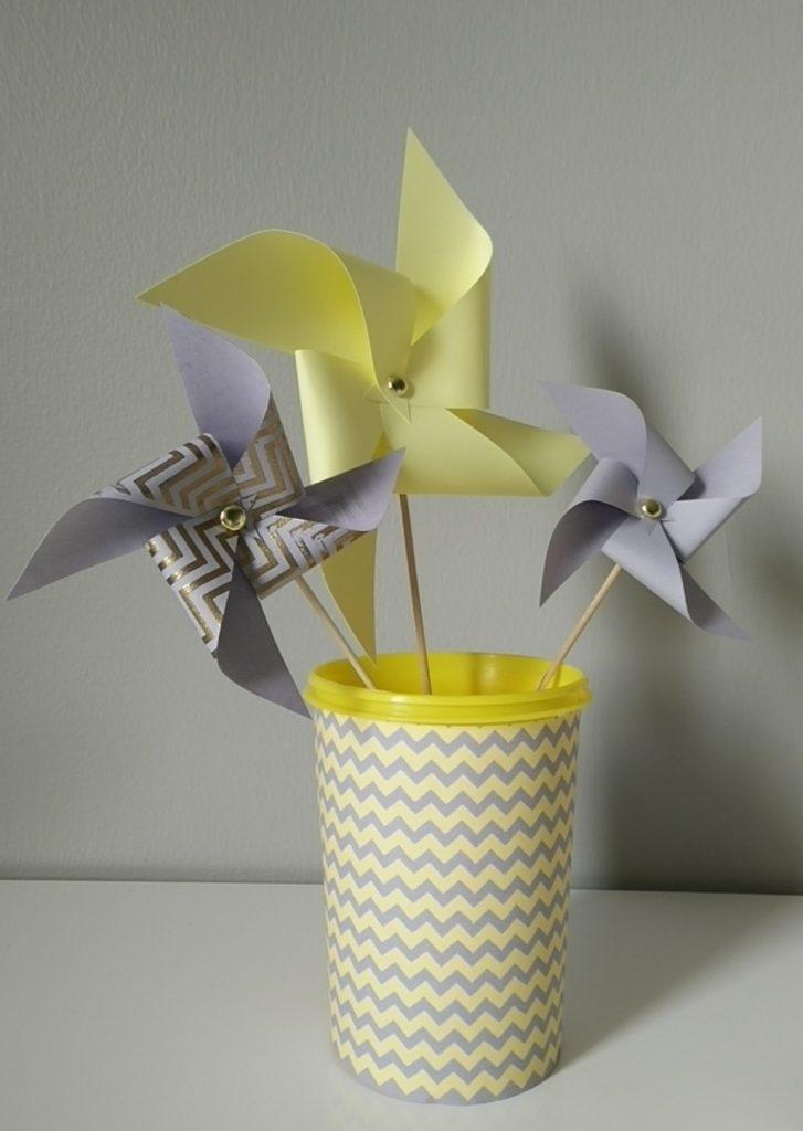 moulin à vent jaune et gris pour décoration naissance