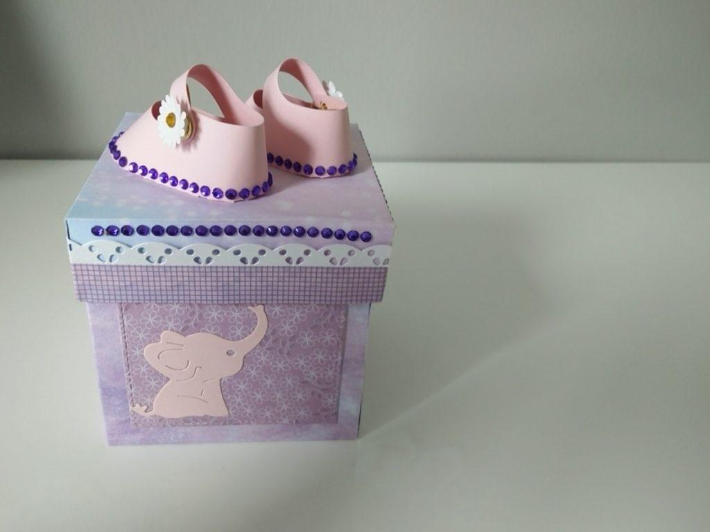boîte à explosion décorée de chaussons roses 3d en papier