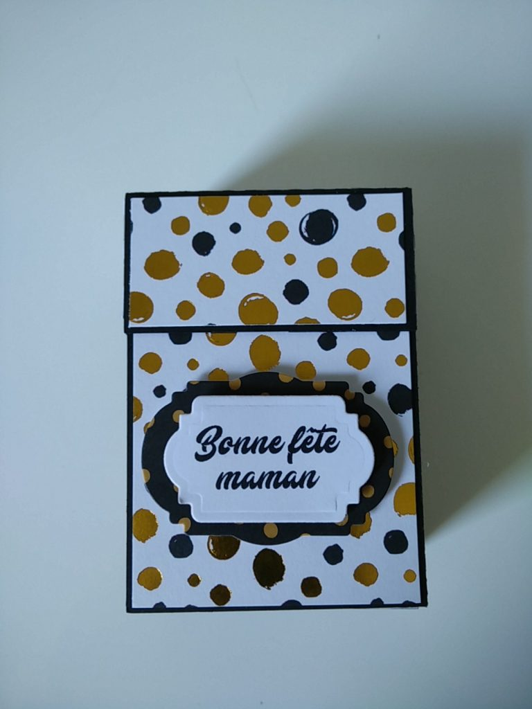 petite boîte à cadeaux pour la fête des mères dans les coloris noir et doré